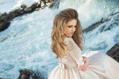 Mädchen in einem Kleid in der Natur lizenzfreie stockfotos