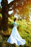 Mädchen in einem Kleid im Wald Lizenzfreie Stockbilder