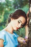 Mädchen in einem Kleid im Wald Lizenzfreie Stockfotos