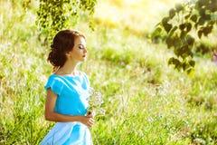 Mädchen in einem Kleid im Wald Lizenzfreies Stockbild