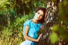Mädchen in einem Kleid im Wald Lizenzfreies Stockfoto