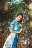 Mädchen in einem Kleid im Wald Stockbild