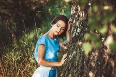 Mädchen in einem Kleid im Wald Stockfotografie