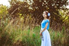 Mädchen in einem Kleid im Wald Stockfoto