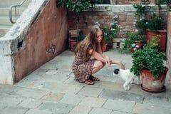 Mädchen in einem Kleid schlendert durch einen gemütlichen alten Hof Stockbilder