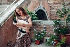 Mädchen in einem Kleid schlendert durch einen gemütlichen alten Hof Lizenzfreies Stockfoto