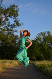 Mädchen in einem Kleiderspringen Lizenzfreie Stockfotos