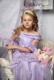 Mädchen in einem Lavendelkleid Lizenzfreie Stockbilder
