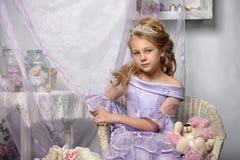 Mädchen in einem Lavendelkleid Lizenzfreie Stockfotografie