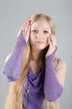 Mädchen in einem Lavendelkleid Lizenzfreie Stockfotos