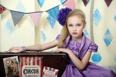 Mädchen in einem lila Kleid Stockfotos