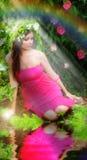Mädchen in einem magischen Garten Lizenzfreie Stockfotografie