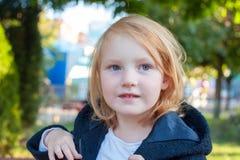 Mädchen in einem Mantel mit einer Haube stockfotos
