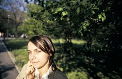 Mädchen in einem Park Lizenzfreie Stockfotografie