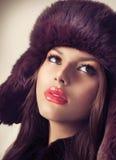 Mädchen in einem Pelz-Hut Lizenzfreie Stockfotos