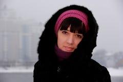 Mädchen in einem Pelzmantel im Winter Lizenzfreie Stockfotos
