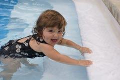 Mädchen in einem Pool Lizenzfreie Stockfotos