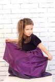 Mädchen in einem purpurroten Kleid Stockbild