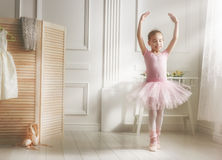Mädchen in einem rosa Ballettröckchen stockbilder