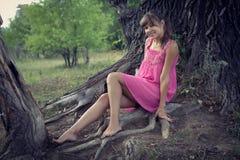 Mädchen in einem rosafarbenen Kleid Lizenzfreie Stockbilder