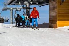 Mädchen in einem roten Hut Anfang von Skisteigungen lizenzfreie stockbilder