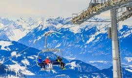 Mädchen in einem roten Hut Skiort Brixen im Thalef Tirol Stockfoto