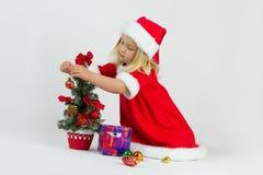 Mädchen in einem roten Weihnachtskostüm Lizenzfreies Stockbild