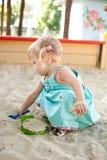 Mädchen in einem Sandkasten stockbilder