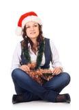 Mädchen in einem Sankt-Hut mit Weihnachtsdekoration Stockbilder