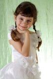Mädchen in einem schönen weißen Kleid. stockfotos