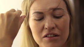 Mädchen in einem Schönheitssalon stock video footage