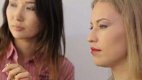 Mädchen in einem Schönheitssalon stock video