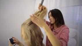 Mädchen in einem Schönheitssalon stock footage