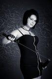 Mädchen in einem schwarzen Kleid mit einem katana Lizenzfreies Stockfoto