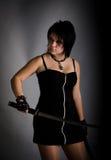 Mädchen in einem schwarzen Kleid mit einem katana Stockbild