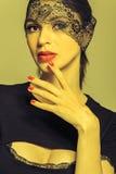 Mädchen in einem schwarzen Kleid mit einem Spitzeband in ihren Augen Lizenzfreie Stockfotos