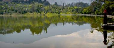 Mädchen in einem See stockbild