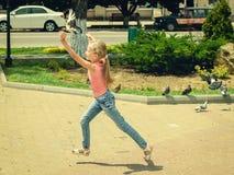 Mädchen an einem Sommertag ein Fliegen fangend tauchte Lizenzfreies Stockfoto