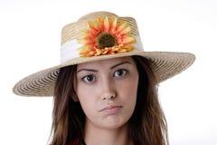 Mädchen in einem Sonnenblumehut Stockbild