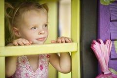 Mädchen in einem Spielhaus Stockbilder