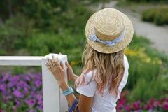 Mädchen in einem Strohhut allein Lizenzfreie Stockbilder