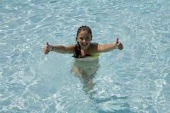 Mädchen in einem Swimmingpool Stockbilder