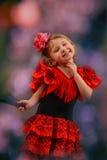Mädchen in einem Tanzen des schicken Kleids mit einem Fan Lizenzfreies Stockbild
