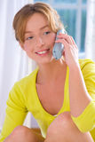 Mädchen an einem Telefon Stockbild