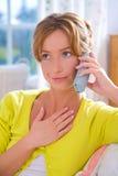Mädchen an einem Telefon Stockfotos