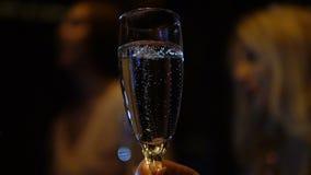 Mädchen in einem trinkenden Champagner des Vereins mit Freunden Glas von sprudeln mit Blasen auf Vordergrund stock footage