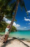 Mädchen in einem tropischen Paradies stockbild