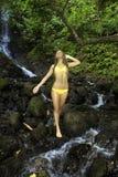 Mädchen in einem tropischen Wasserfall Stockfotos