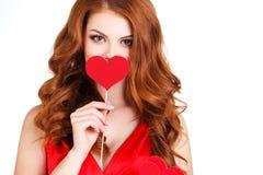 Mädchen in einem Valentinstag mit einem Herzen auf einem Stock Stockbild