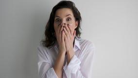 Mädchen in einem weißen Hemd wird durch das Geschenk überrascht stock footage